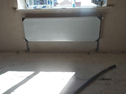 Монтаж панельного радиатора в квартире